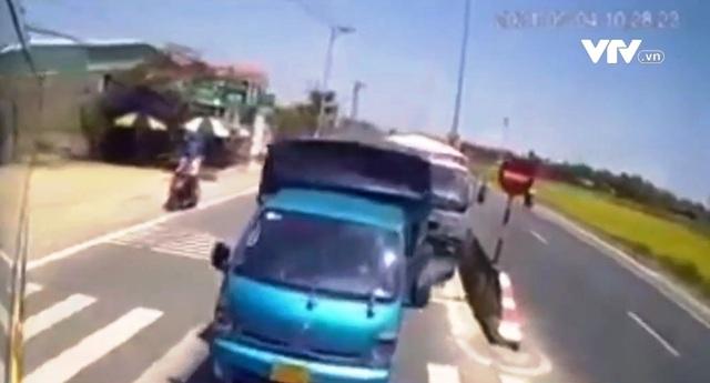 Quay đầu, xe khách gây tai nạn liên hoàn - Ảnh 1.