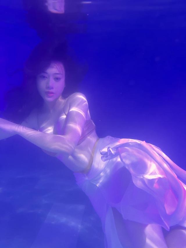 Phương Oanh phiêu dưới bể bơi - Ảnh 3.