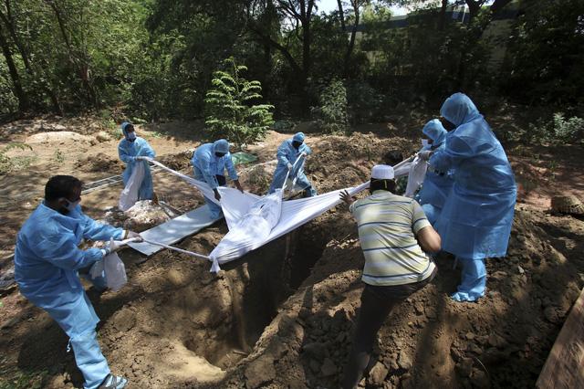 Ấn Độ ghi nhận kỷ lục hơn 6.100 người tử vong do COVID-19/ngày - Ảnh 1.