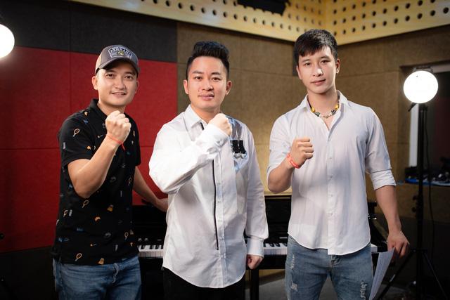 Tùng Dương hát tri ân các chiến sĩ áo trắng - Ảnh 3.
