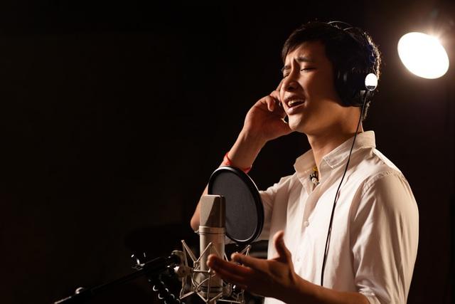 Tùng Dương hát tri ân các chiến sĩ áo trắng - Ảnh 2.