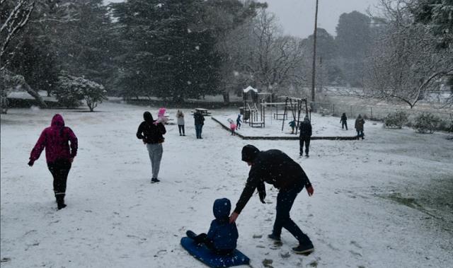 Australia: Tuyết phủ trắng bang New South Wales, Sydney trải qua ngày lạnh nhất kể từ năm 1984 - Ảnh 1.