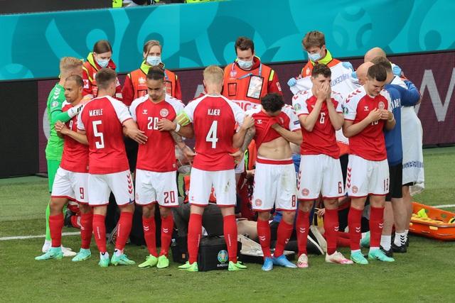 UEFA EURO 2020: Eriksen bất ngờ đổ gục nằm sân, các bác sĩ cấp cứu tại chỗ - Ảnh 1.