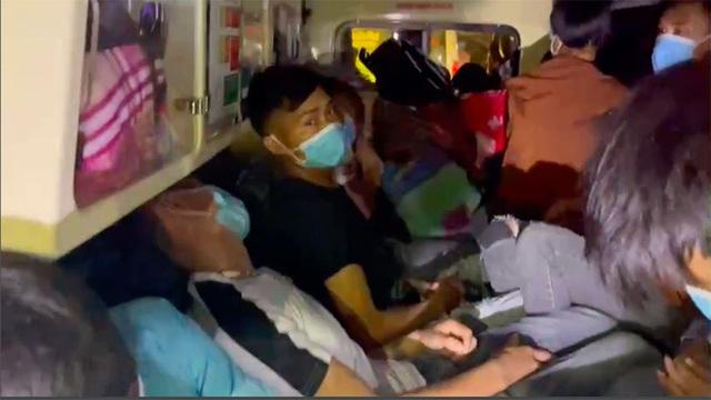 Xe cứu thương chở 11 người từ Bắc Ninh về Sơn La với giá 300.000 đồng/người - ảnh 1