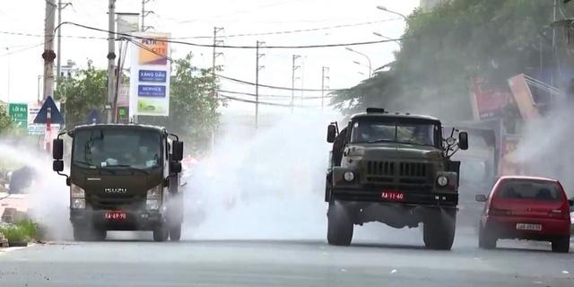 6 xe chuyên dụng phun khử khuẩn toàn bộ khu vực Núi Hiểu, Bắc Giang - Ảnh 1.
