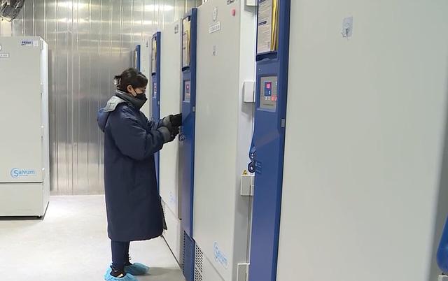 Cận cảnh kho lạnh đặc chủng sẵn sàng để bảo quản vaccine Pfizer - Ảnh 1.