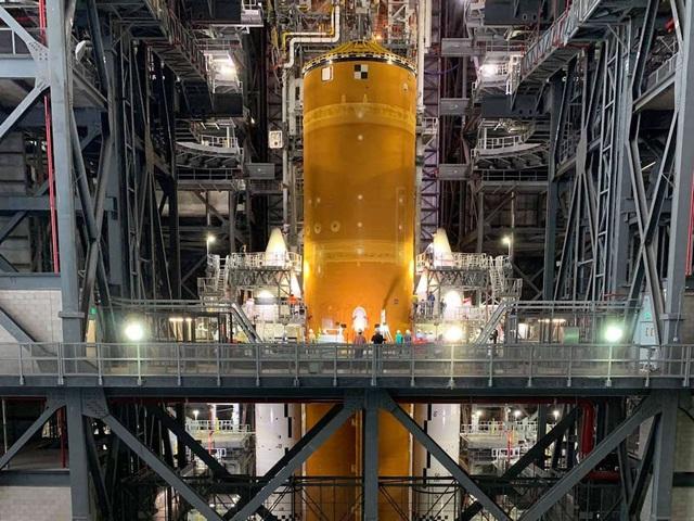 """Chiêm ngưỡng cận cảnh """"siêu tên lửa"""" 18,6 tỷ USD mới của NASA - Ảnh 1."""