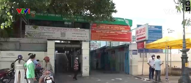 Nguy cơ dịch bệnh xâm nhập vào bệnh viện từ hàng quán trước cổng - Ảnh 1.