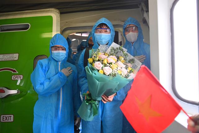 Thầy trò HLV Park Hang Seo về tới TP Hồ Chí Minh - Ảnh 2.