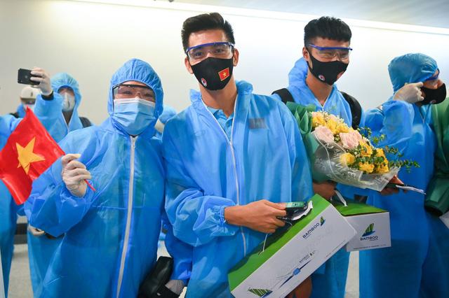 Thầy trò HLV Park Hang Seo về tới TP Hồ Chí Minh - Ảnh 5.