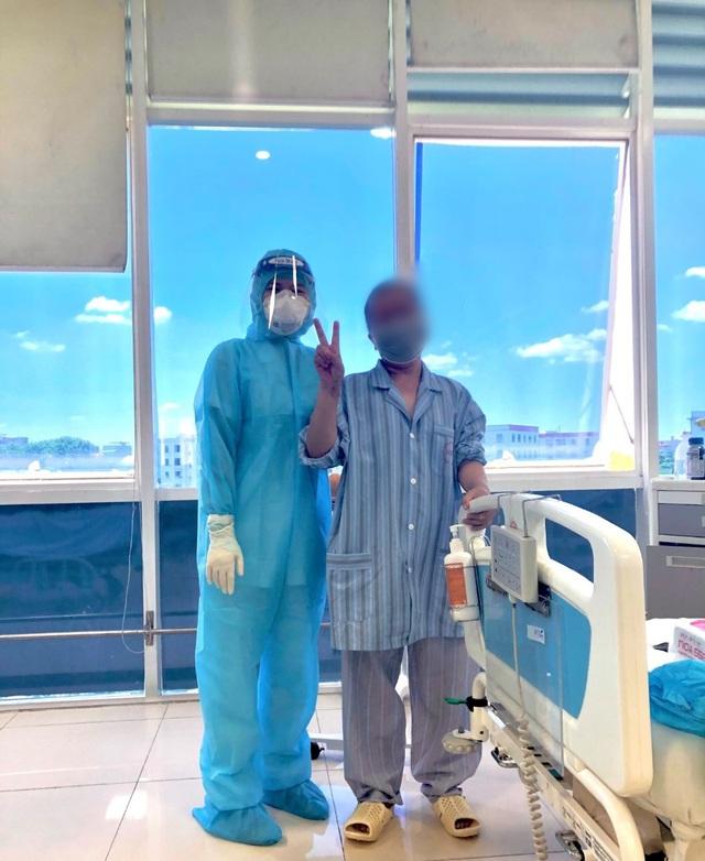 Bệnh nhân COVID-19 nguy kịch thứ 12 tại Bệnh viện Bệnh nhiệt đới Trung ương ra viện - Ảnh 1.