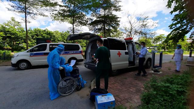 Bệnh nhân COVID-19 nguy kịch thứ 12 tại Bệnh viện Bệnh nhiệt đới Trung ương ra viện - Ảnh 2.
