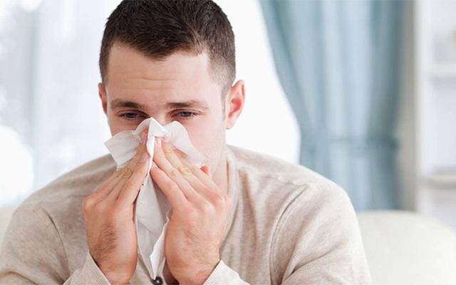 Phân biệt triệu chứng của COVID-19 với cảm lạnh thông thường - Ảnh 3.