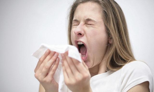 Phân biệt triệu chứng của COVID-19 với cảm lạnh thông thường - Ảnh 4.