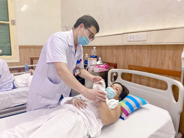 Nhập viện cấp cứu vì bàn tay bị cuốn vào máy xay - Ảnh 1.
