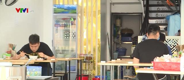 Ngày đầu Hà Nội nới lỏng giãn cách xã hội, hàng quán tuân thủ 5K - Ảnh 2.