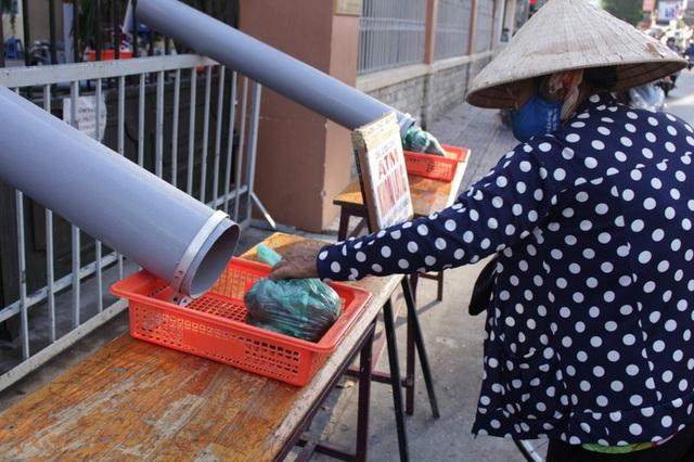 ATM lướt ống cung cấp đồ ăn cho người nghèo mùa dịch COVID-19 - Ảnh 1.