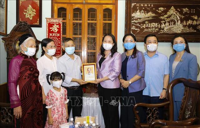 Phó Chủ tịch nước Võ Thị Ánh Xuân thăm các gia đình tiêu biểu ở Hà Nội - Ảnh 1.
