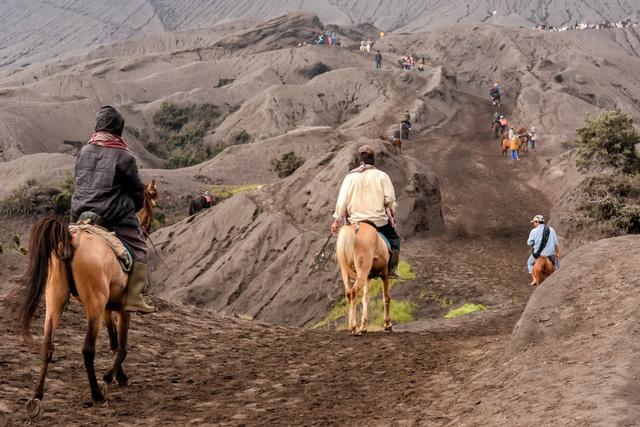 Hàng nghìn người trèo lên miệng núi lửa ở Indonesia để cúng tế - ảnh 2