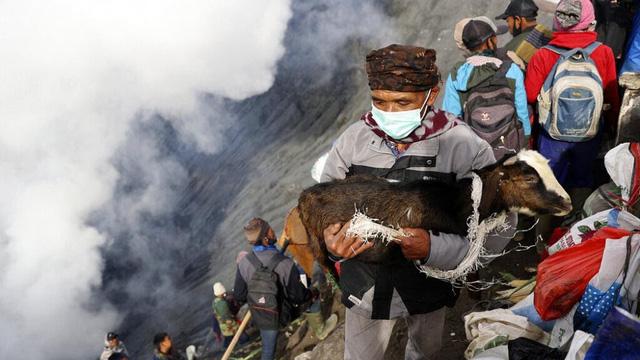 Hàng nghìn người trèo lên miệng núi lửa ở Indonesia để cúng tế - ảnh 4
