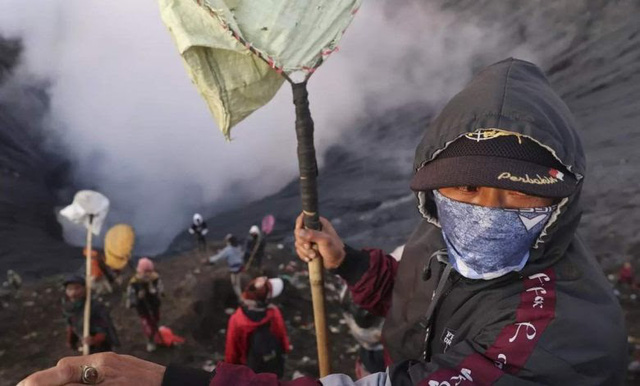 Hàng nghìn người trèo lên miệng núi lửa ở Indonesia để cúng tế - ảnh 5