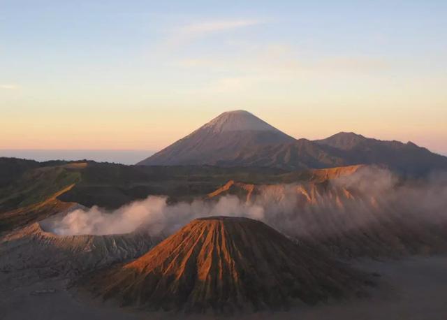 Hàng nghìn người trèo lên miệng núi lửa ở Indonesia để cúng tế - ảnh 6