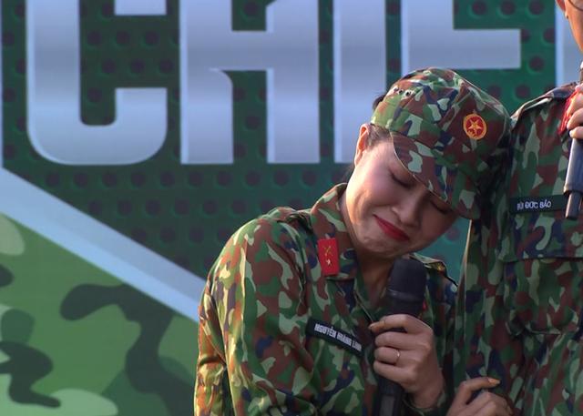 MC Hoàng Linh đau lòng khi bị các chiến sĩ gọi bằng cô trong Chúng tôi chiến sĩ - Ảnh 4.