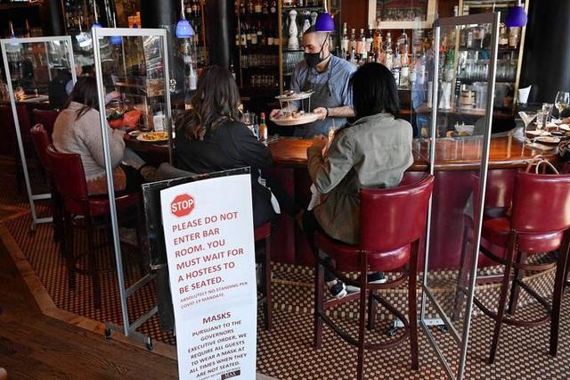 Số người xin trợ cấp thất nghiệp tại Mỹ giảm mạnh - Ảnh 1.