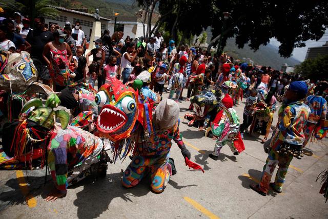 """""""Vũ công Quỷ"""" mong cầu đại dịch kết thúc tại lễ hội ở Venezuela - ảnh 2"""