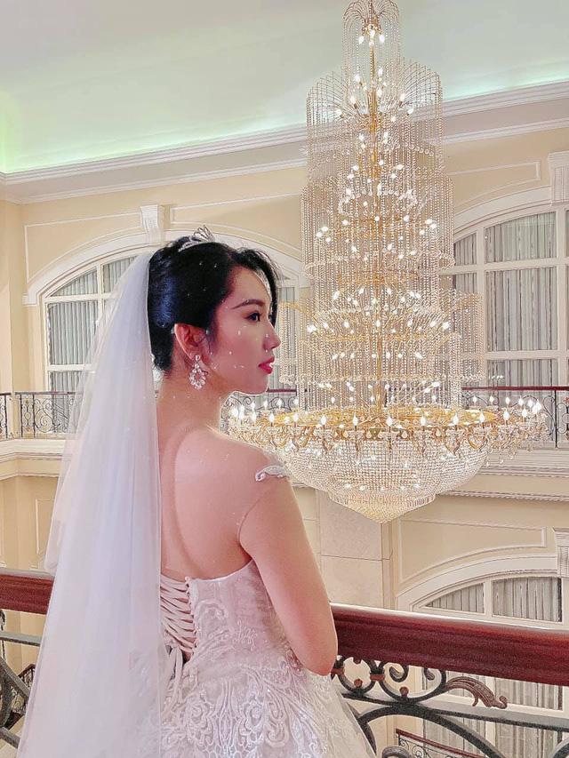 Thúy Ngân diện váy cưới hạnh phúc bên B Trần - Ảnh 1.