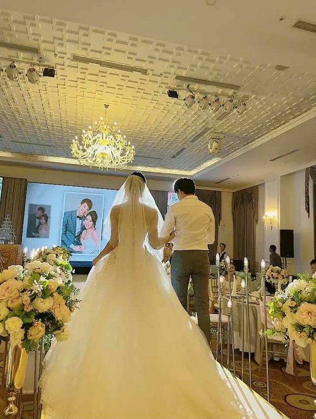 Thúy Ngân diện váy cưới hạnh phúc bên B Trần - Ảnh 3.