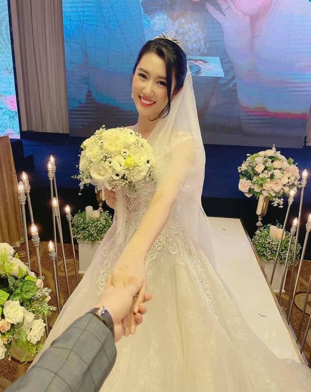 Thúy Ngân diện váy cưới hạnh phúc bên B Trần - Ảnh 2.