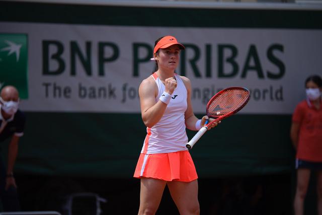 Vượt qua Badosa, Tamara Zidansek trở thành tay vợt nữ Slovenia đầu tiên vào bán kết Pháp mở rộng - Ảnh 3.