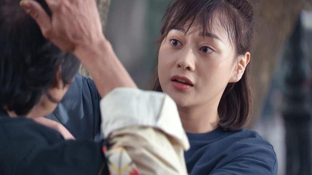 Hương vị tình thân - Tập 37: Lặng lẽ siết chặt tay Nam (Phương Oanh), Long (Mạnh Trường) khiến crush rớt tim - Ảnh 8.
