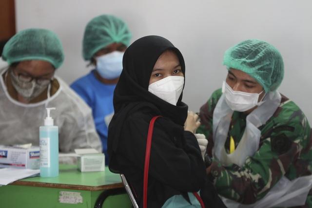 Gần một nửa dân số Jakarta mắc COVID-19 - Ảnh 1.