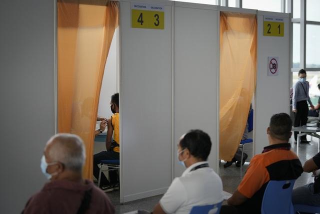 Malaysia ghi nhận số ca tử vong cao nhất từ đầu dịch, Singapore đóng cửa các chợ - Ảnh 1.