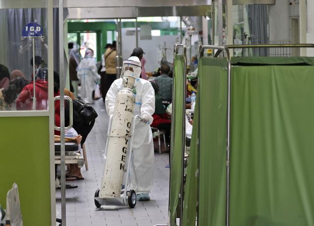 Malaysia ghi nhận số ca tử vong cao nhất từ đầu dịch, Singapore đóng cửa các chợ - Ảnh 2.