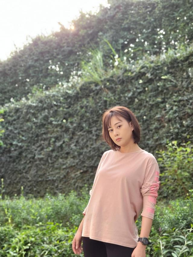 Loạt áo len, trang phục lỗi mốt dìm dáng của Nam (Phương Oanh) trong Hương vị tình thân - Ảnh 6.