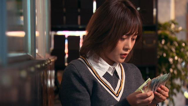 Loạt áo len, trang phục lỗi mốt dìm dáng của Nam (Phương Oanh) trong Hương vị tình thân - Ảnh 40.