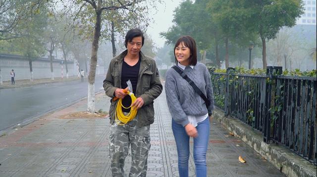 Loạt áo len, trang phục lỗi mốt dìm dáng của Nam (Phương Oanh) trong Hương vị tình thân - Ảnh 3.