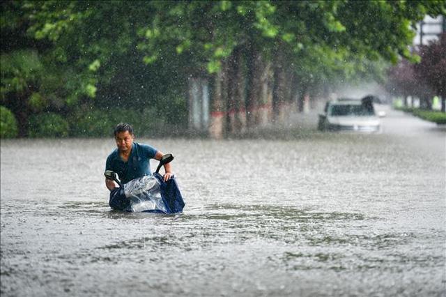 Mưa lớn nhấn chìm tỉnh Hà Nam, Trung Quốc nâng mức cảnh báo lũ lụt - Ảnh 1.