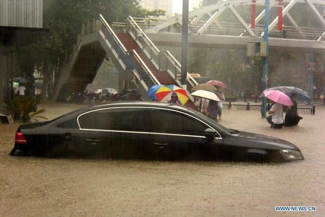 Mưa lớn nhấn chìm tỉnh Hà Nam, Trung Quốc nâng mức cảnh báo lũ lụt - Ảnh 2.
