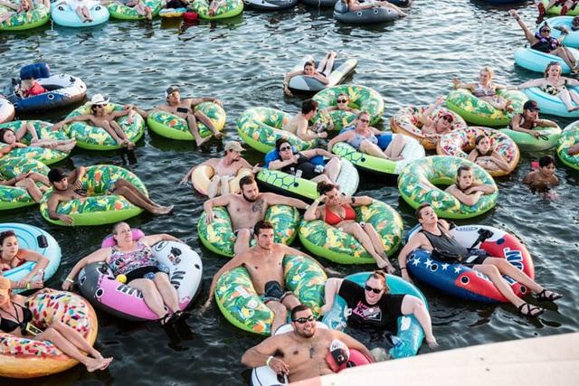 Trải nghiệm lênh đênh xem hòa nhạc trên sông ở Texas (Mỹ) - Ảnh 1.