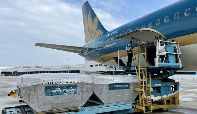 Vietnam Airlines huy động mọi nguồn lực vận chuyển vật tư y tế tiếp sức chống dịch - ảnh 1