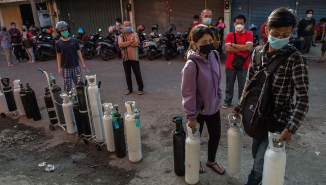 Từng là quốc gia kiểm soát tốt dịch bệnh, Indonesia nay trở thành tâm dịch mới của châu Á - Ảnh 2.