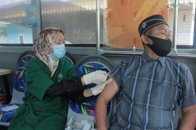 Từng là quốc gia kiểm soát tốt dịch bệnh, Indonesia nay trở thành tâm dịch mới của châu Á - Ảnh 1.