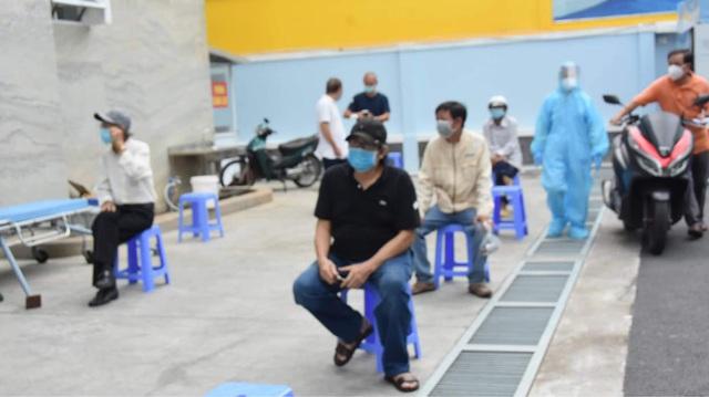 TP. Hồ Chí Minh tiêm vaccine phòng COVID-19 cho người trên 65 tuổi - Ảnh 2.