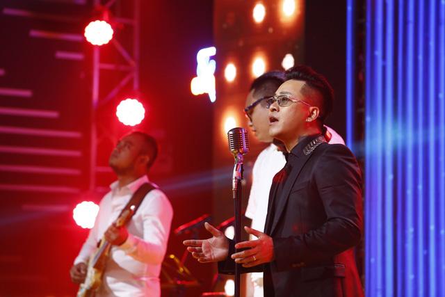 Ca sĩ Tuấn Hưng và BTV Quốc Khánh bất phân thắng bại trong game… thay bỉm - Ảnh 1.