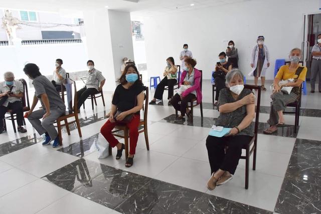 TP. Hồ Chí Minh tiêm vaccine phòng COVID-19 cho người trên 65 tuổi - Ảnh 10.