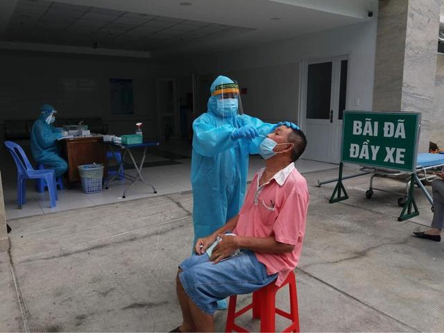 TP. Hồ Chí Minh tiêm vaccine phòng COVID-19 cho người trên 65 tuổi - Ảnh 3.